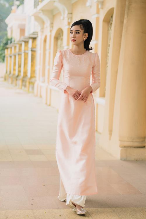 Một gợi ý khác về mẫu áo dài hồng cho cô dâu. Bộ cánh được làm điệu với hạt ngọc trai đính kết thưa dần nơi cổ áo.