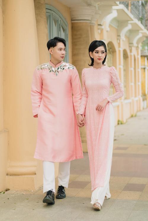Sắc hồng là thử nghiệm táo bạo của Thịnh Nguyễn cho tà áo dài nam. Sự đồng điệu về màu sắc giúp nói lên tình cảm của uyên ương, đồng thời phá bỏ định kiến màu hồng chỉ dành cho nữ giới diện và thể hiện được rằng màu sắc nên được sử dụng bình đẳng ở cả hai giới tính.