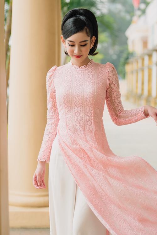 Áo dài ren hồng có tay bồng kiểu phương Tây, tạo vẻ nữ tính cho cô dâu.