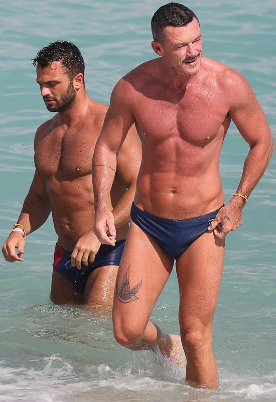 Nam diễn viên Luke Evans (phải) và một anh chàng đi tắm biển cùng nhau vào đầu tuần này.
