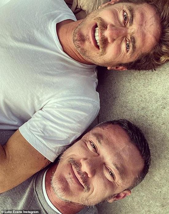 Hồi tháng 1, Luke Evans xác nhận đã chia tay đạo diễn Rafael Olarra sau 18 tháng gắn bó. Chia sẻ trên tạp chí Saturday Review, nam diễn viên cho biết anh đã trở lại thời độc thân. Tuy buồn vì chuyện tình cảm tan vỡ nhưng Luke nói rằng anh đang tập trung vào kế hoạch có con trong thời gian tới trước khi quá già.