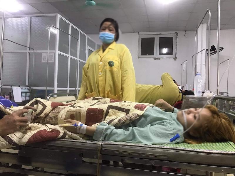 Linh được người nhà chăm sóc tại bệnh viện.