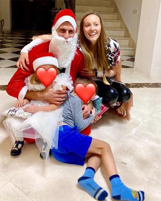 Trong bức ảnh chụp cả gia đình chào năm mới hôm 1/1, vợ chồng Djokovic và các con đều nhìn vào ống kính nhưng mặt của hai bé được che bằng hình trái tim lớn màu đỏ. Con trai đầu lòng Stefan của Nole năm nay đã 6 tuổi còn cô con gái Tara ba tuổi.