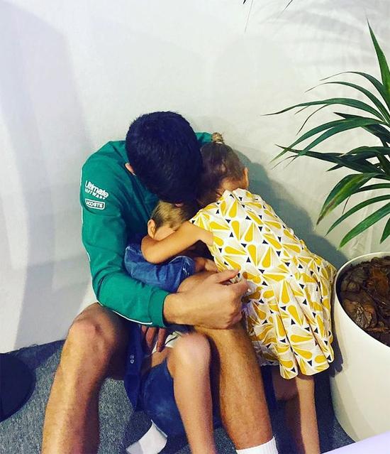 Hình ảnh quen thuộc của bố con Djokovic khi các giải đấu kết thúc. Ông bố hai con ôm chầm lấy hai nhóc Stefan và Tara thỏa nỗi nhớ khi xa con.