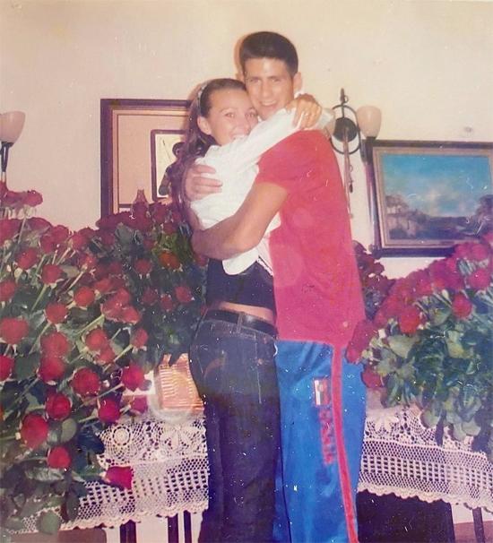 Tháng 11 năm ngoái, vợ Nole đăng tải bức ảnh chụp kỷ niệm ngày họ mới yêu. Tin được không, trong bức ảnh này hai con gười trẻ tuổi ấy đang kỷ niệm hai năm hẹn hò với 1001 bông hổng chỉ sau chiến thắng ở Davis Cup, người đẹp Jelena viết chú thích. Vợ chồng Djokovic là đôi thanh mai trúc mã, hẹn hò những năm đầu 2000, tình yêu từng chịu thử thách khi hai người xa nhau cả năm nhưng gắn bó không rời. Nole từng vướng tin đồn tìn ái nhưng Jelena hiếm khi lên tiếng, vẫn đăng ảnh gia đình hạnh phúc cùng những dòng chia sẻ ủng hộ chồng.