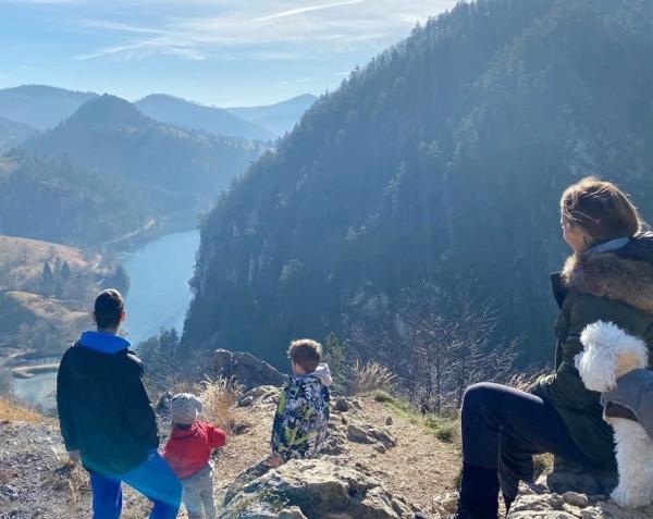 Gia đình tay vợt 33 tuổi cùng đi thăm một thắng cảnh của quê nhà Serbia tháng 11 năm ngoái. Trong loạt ảnh chia sẻ về chuyến đi, Djokovic hé lộ rằng tên cô con gái Tara lấy cảm hứng từ tên ngọn núi Tara ở Serbia. Trong ảnh cả nhà vẫn quay lưng vào ống kính và nhìn ra khung cảnh hùng vĩ của thiên nhiên.