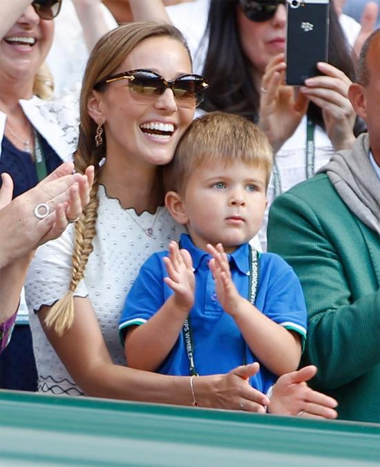 Con trai Djokovic trong một lần hiếm hoi lộ mặt khi cùng mẹ đi cổ vũ bố tại Wimbledon năm 2018.
