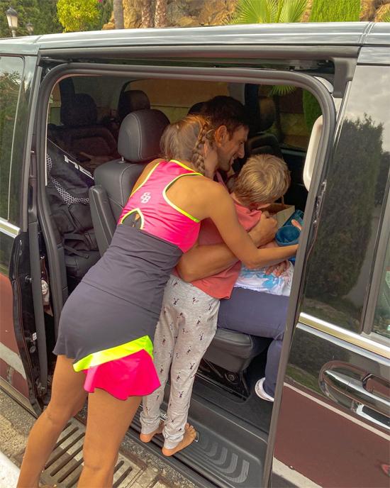 Hai năm trở lại đây bà xã không đưa các con theo các giải đấu của Djokovic. Một năm Nole đi xa nhà nhiều lần, có khi đi cả tháng nên mỗi lần chia tay vợ con anh đều bịn rịn, các nhóc cũng ôm bố thắm thiết chào tạm biệt.