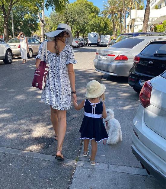 Con gái tay vợt người Serbia trong một lần xuống phố với mẹ.