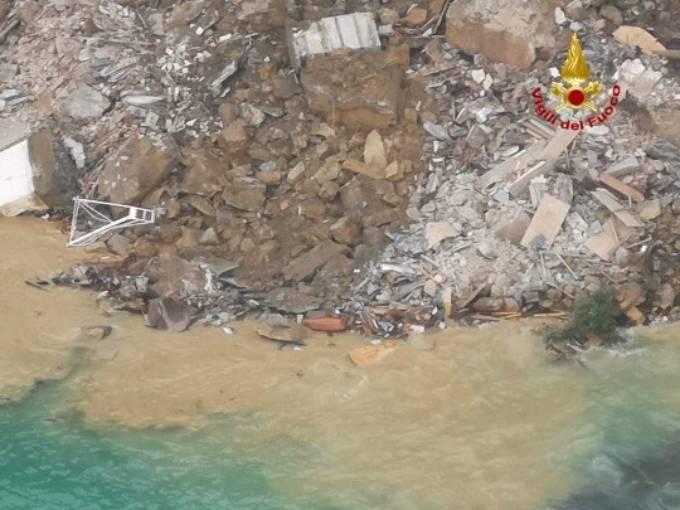Khung cảnh đổ nát của nghĩa trang, trong đó nhiều quan tài bị vỡ, rơi xuống biển. Ảnh: Splash News.