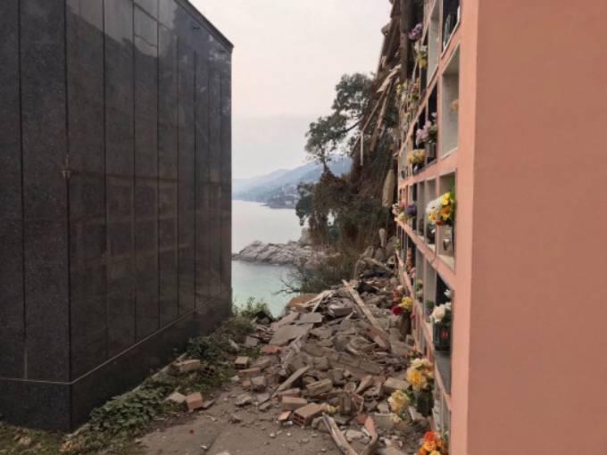 Một góc của nghĩa trang bị sập do sạt lở đất. Ảnh: Splash News.
