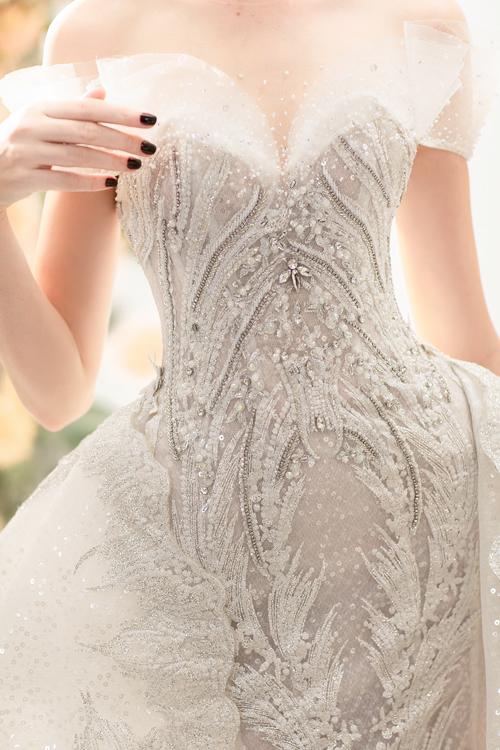 Phần thân áo được đính kết bằng pha lê tạo hiệu ứng bắt sáng tự nhiên.