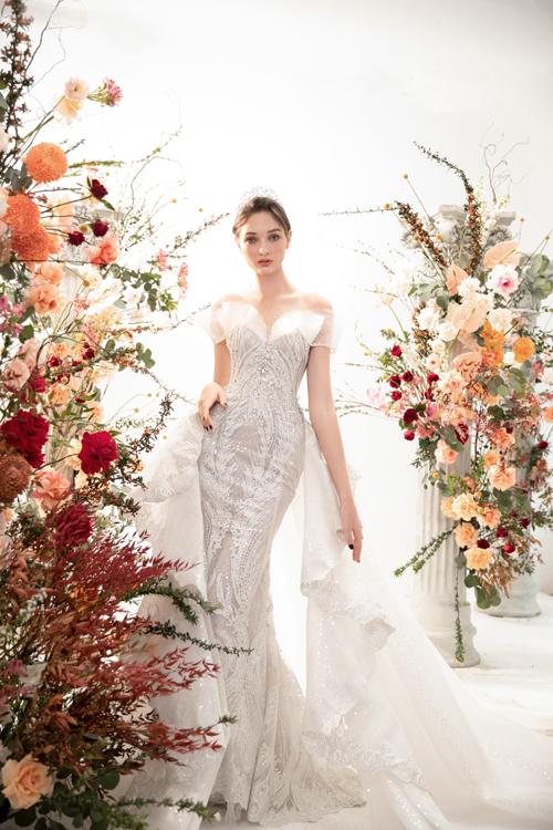 Váy cưới có tà phụ dài giúp cô dâu như trở thành nàng công chúa kiêu sa trong ngày trọng đại.