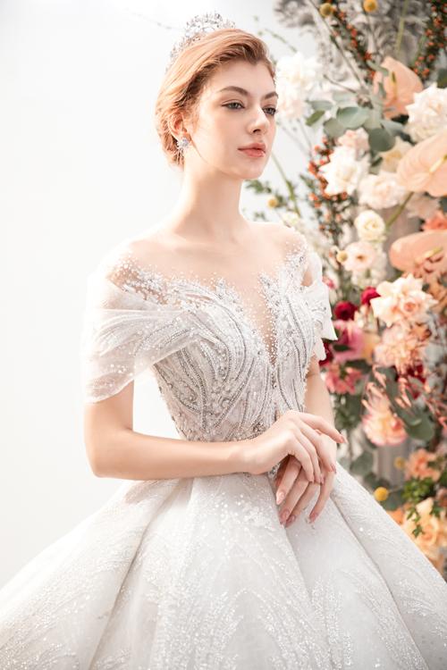 Phần ngực áo cách điệu, có cổ illusion giúp cô dâu có vẻ đẹp gợi cảm.