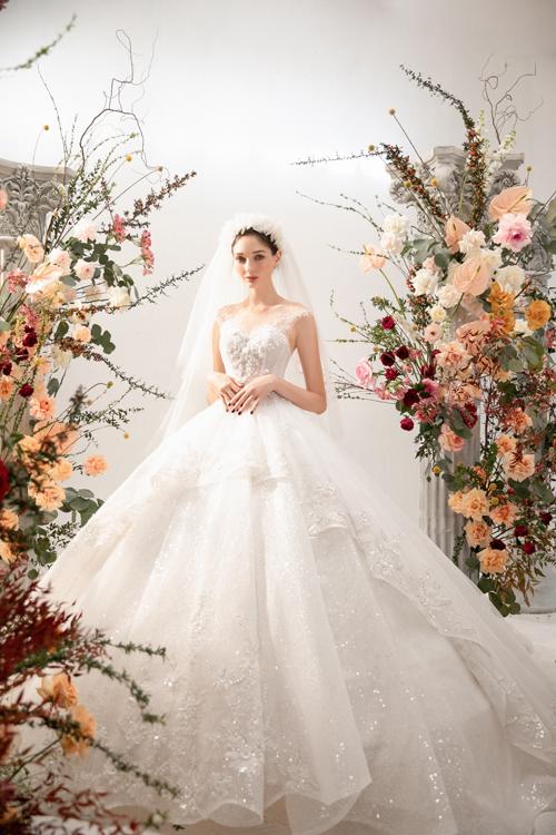 Chiếc váy được may theo phom phồng xoè cổ điển với điểm nhấn là phần thân váy may lớp bèo xếp ly, tạo vẻ nữ tính.