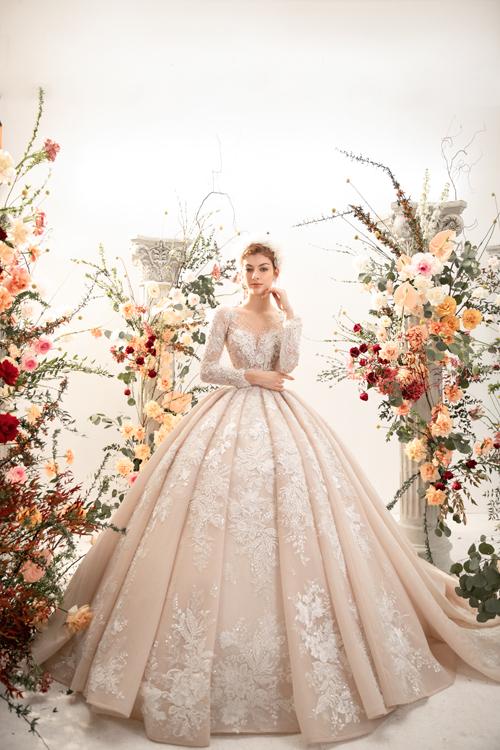 Với những cô nàng từng ôm mộng làm công chúa thuở bé, đây sẽ là chiếc váy giúp nàng chạm tay tới giấc mơ. Phần ngực áo đắp ren và đính hạt tạo vẻ duyên dáng.