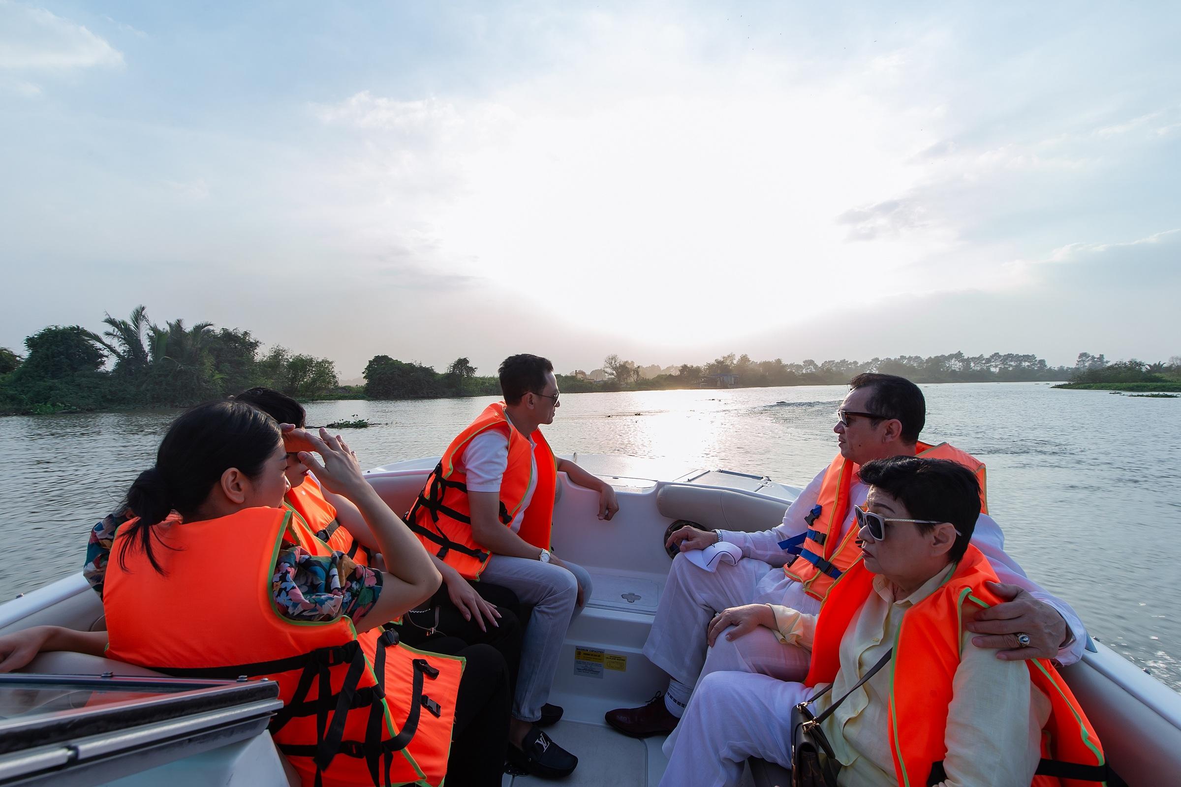 Với tour tham quan bằng đường sông, khách hàng sẽ có cơ hội trải nghiệm trọn vẹn giá trị sống sinh thái và giá trị kết nối hạ tầng đa dạng của đô thị đảo Phượng Hoàng, Aqua City. Ảnh: Novaland.