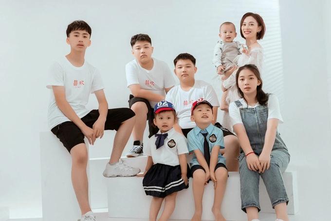 Zhang Rongrong và 7 người con. Ảnh: SCMP.
