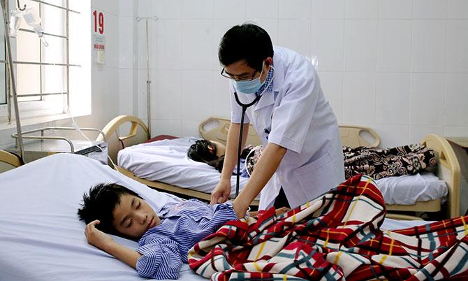 Bác sĩ thăm khám cho bệnh nhân đang điều trị tại Bệnh viện Đa khoa Hà Tĩnh. Ảnh: Hùng Lê
