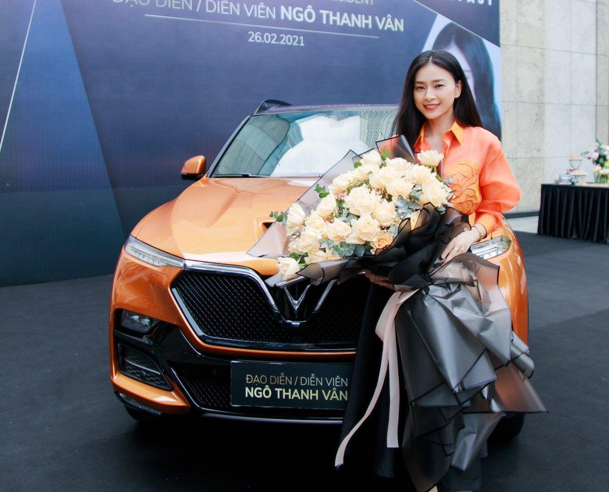 Ngô Thanh Vân bên chiếc VinFast President mới mua. Ảnh: FBNV
