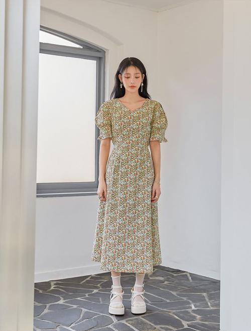 Váy tay bồng, chiết eo nhẹ trở nên nổi bật hơn bởi họa tiết hoa đậm chất nữ tính.