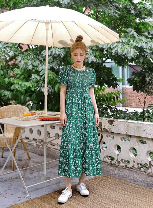 Không rực rỡ như trào lưu mix màu color boock nhưng váy in hoa vẫn có thể giúp phái đẹp nổi bật khi xuống phố.