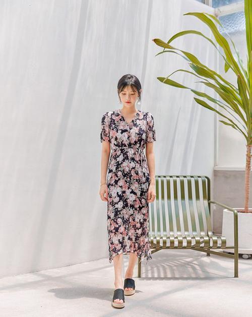 Đầm thắt eo với dáng vạt chéo thanh lịch dễ mặc đi làm và dạo phố cuối tuần.
