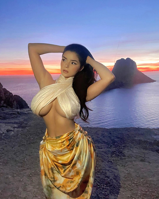 Xu hướng này còn được áp dụng trên trang phục đi biển, chẳng hạn bra-top dạng khăn quấn sexy như của nàng mẫu bốc lửa Demi Rose - bản sao của Kylie Jenner.