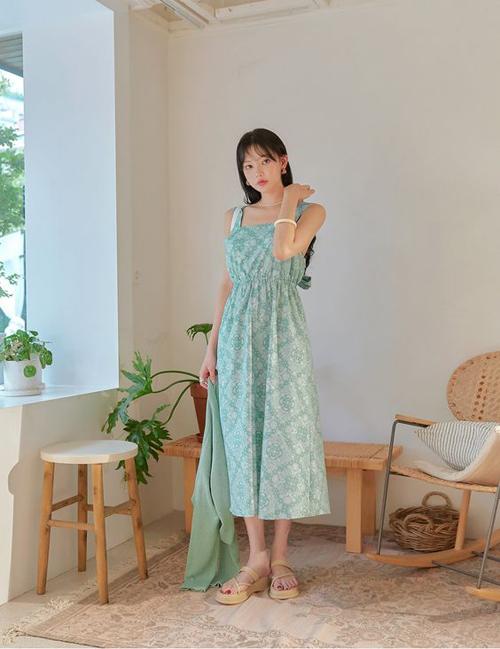 Váy sát nách dáng rộng, giúp bạn gái dễ thở trong ngày nóng được trang trí thêm đường nhún eo xinh xắn.