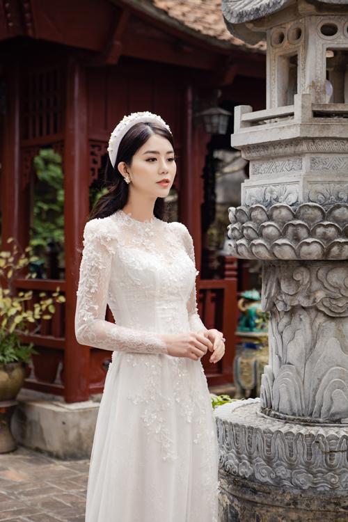 Tấm áo được điểm họa tiết hoa dây leo giúp tăng vẻ nữ tính cho cô dâu.