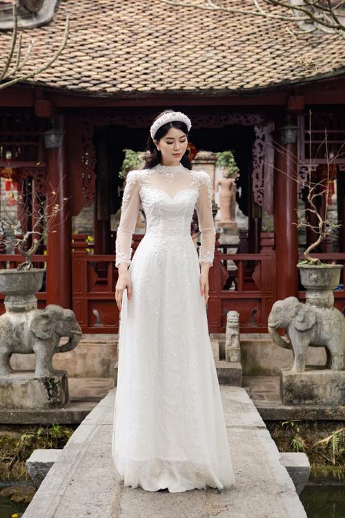 Bộ áo dài tay phồng được làm với vải lấp lánh, giúp tạo độ bắt sáng.