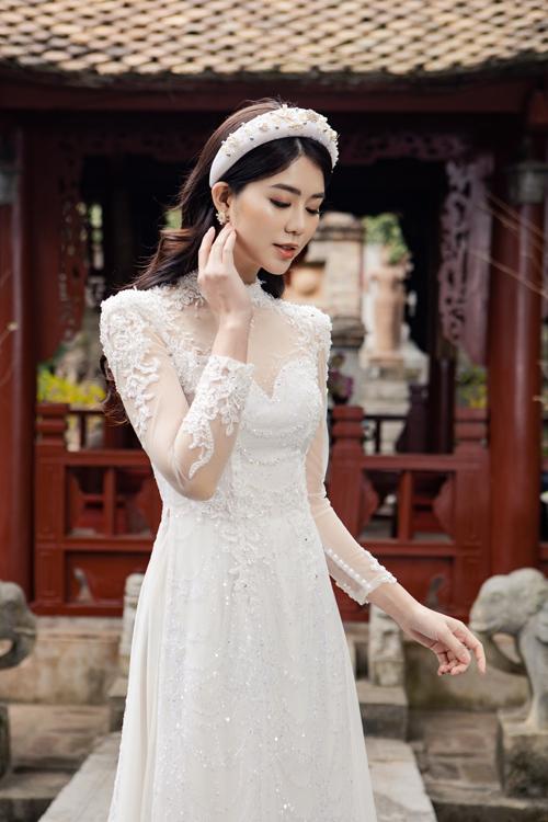 Chi tiết rên trên bề mặt áo được sắp xếp cục bộ có chủ đích, giúp mẫu trang phục thêm bắt mắt.