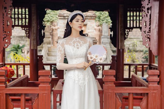 Họa tiết ren trên bắp tay cũng giúp che đi khuyết điểm kém thon của cô dâu.