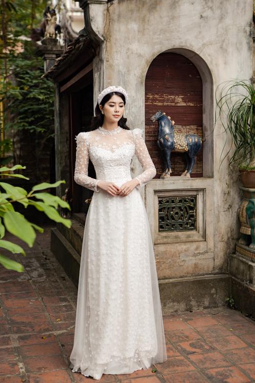 Bộ áo dài được điểm họa tiết hoa nhí, cũng có tay áo phồn.