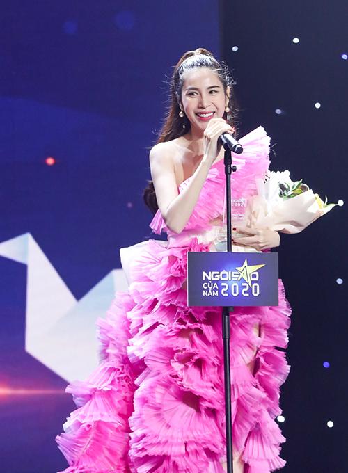 Ca sĩ Thủy Tiên nhận giải thưởng Ngôi sao Cống hiến do báo Ngoisao.net trao tặng.