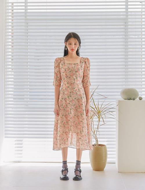 Những gam màu tươi sáng. cánh hoa li ti được thể hiện cuốn hút trên các dáng váy cổ điển cho mùa thời trang mới.