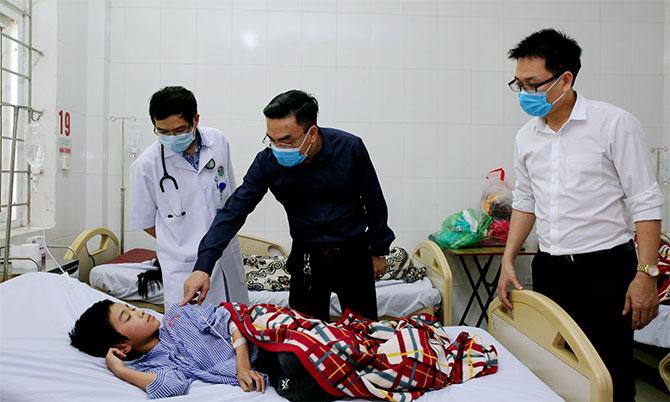 Lãnh đạo Sở Y tế Hà Tĩnh thăm hỏi bệnh nhân điều trị tại Bệnh viện Đa khoa Hà Tĩnh. Ảnh: Hùng Lê