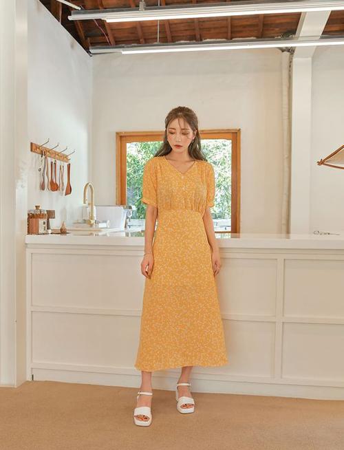 Đầm liền thân theo phong cách vintage rất dễ phối cùng nhiều kiểu giày cổ điển. Nhưng vào mùa nắng, sandal quai mảnh, sandal đế thô vẫn được ưa chuộng nhiều hơn.