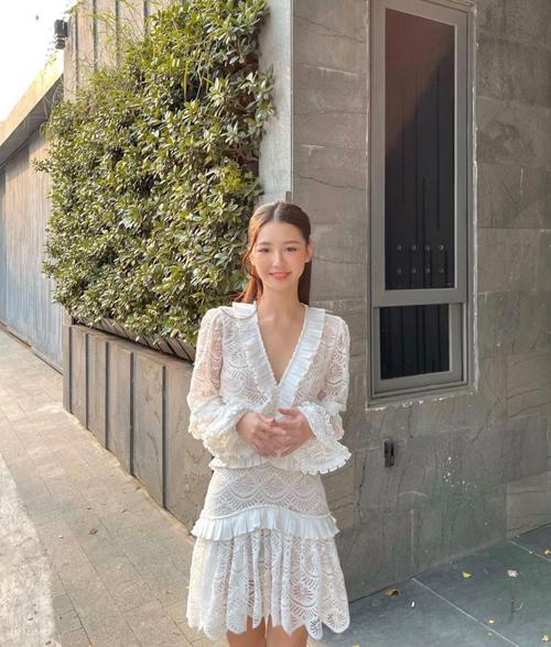 Bộ cánh thiết kế trên vải ren của Amee phù hợp với những buổi hẹn hò cafe, trà chiều.