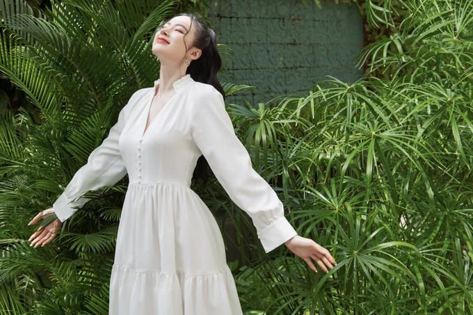 Sắc trắng dịu mắt cùng phom váy mang hơi hướng phong cách cổ điển dễ áp dụng cho chị em văn phòng. Mẫu đầm của Angela Phương Trinh sẽ khiến chị em công sở trang nhã hơn đi làm và thanh lịch khi tham gia các buổi tiệc nhẹ.