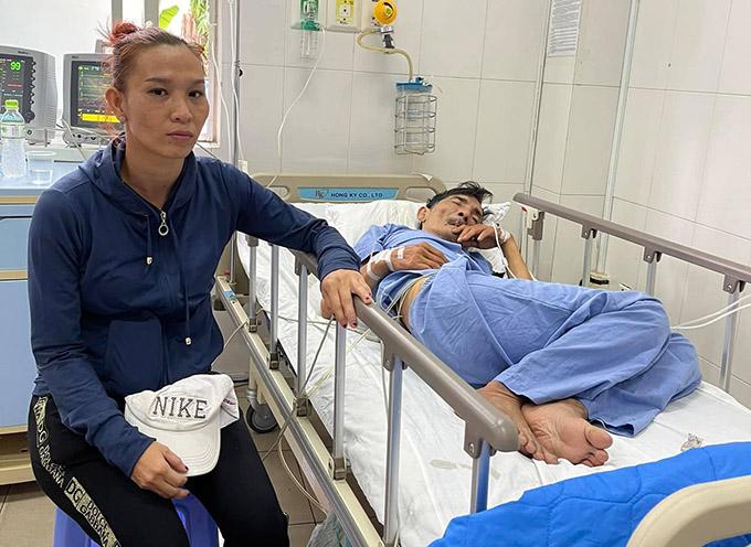 Vợ Thương Tín hiện túc trực chăm sóc chồng trong bệnh viện.
