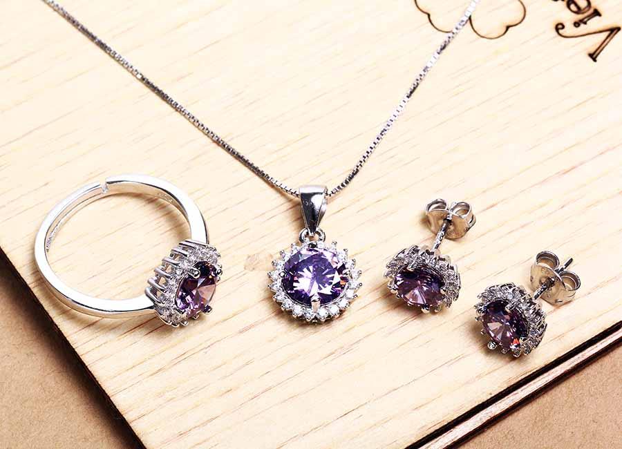 Bộ trang sức bạc Lucky Love giảm 42% còn 699.000 đồng gồm có mặt dây chuyền, đôi bông tai, nhẫn bạc; thiết kế ấn tượng với chỉ một viên đá lớn ở vị trí trung tâm.