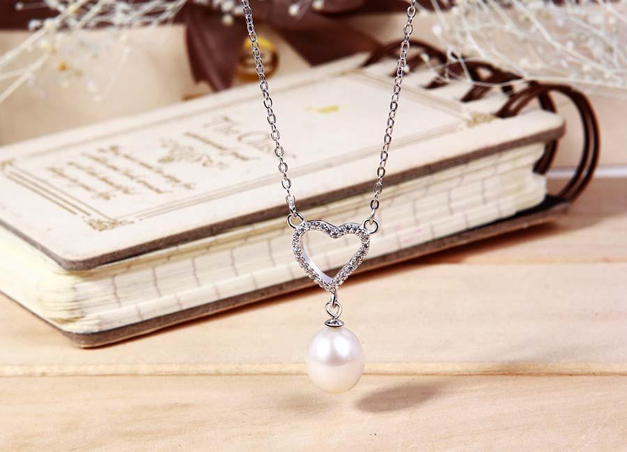 Dây chuyên bạc Adela Love - Trắng - Freesize 399.000đ (- 31 %)      Điểm nhấn của sản phẩm nằm ở mặt dây chuyền bạc với tạo hình được chăm chút tỷ mỉ đến từng chi tiết, khi sử dụng cực nổi bật và tôn lên vùng ngực quyến rũ của bạn.    Sắc trắng của bạc 925 và đặc biệt được phủ bên ngoài một lớp xi bạch kim cao cấp làm cho thời gian xỉn màu của mẫu trang sức bạc lâu hơn.    Bạn thoải mái kết hợp với phụ kiện mà không cần lo lắng. Dù bạn để tóc dài hay ngắn, làn da có hơi ngăm đen cũng không thành vần đề, sắc trắng trung tính của bạc hài hòa giúp bạn tưới tắn và nổi bật.