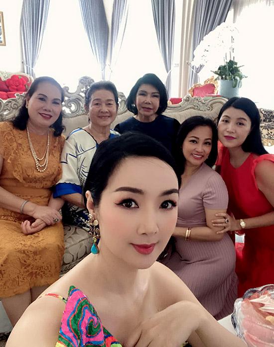 Mẹ Giáng My (ngồi hàng thứ hai từ trái qua) rất tự hào về cô con gái xinh đẹp, đảm đang.