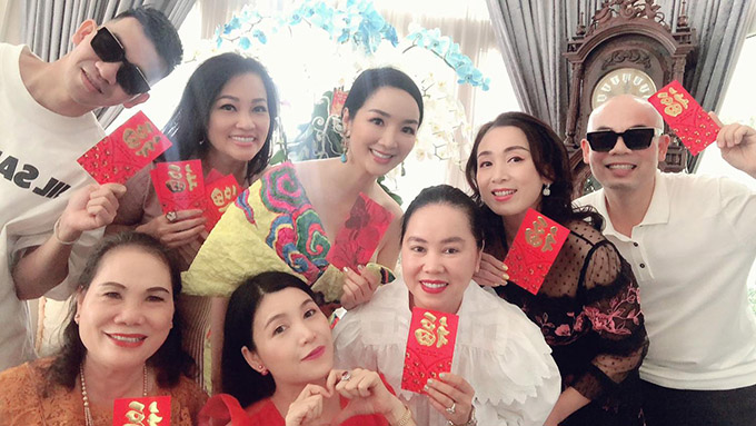 Hoa hậu cùng bạn bè lì xì chúc nhau một năm mới nhiều sức khoẻ, thành công, suôn sẻ trong mọi việc.