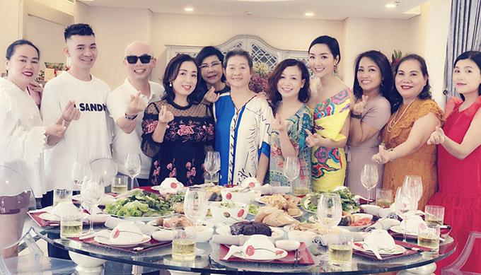 Giáng My và mẹ chụp ảnh cùng các vị khách.