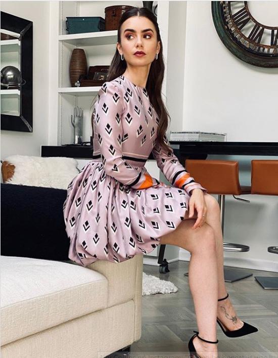 Lily Collins từng chia sẻ trên Instagram một vài hình ảnh trong ngôi nhà của cô. Người đẹp tạo dáng sang chảnh trong phòng khách.