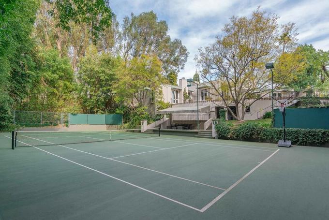 Sân tennis ở sân sau, có chỗ ngồi cho khán giả.