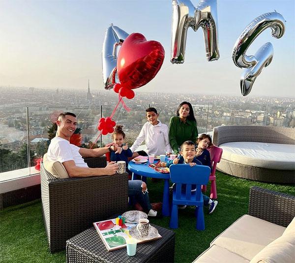 C. Ronaldo và bạn gái tiệc tùng cùng các con trên sân thượng. Ảnh: Instagram.