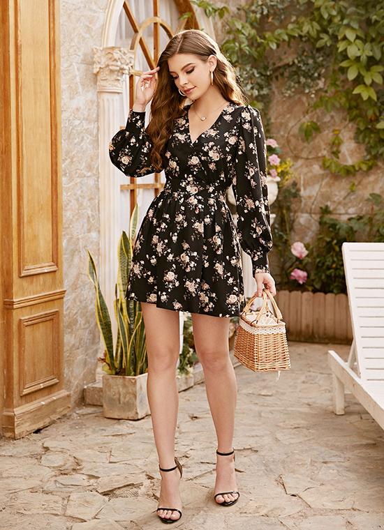 Thiết kế vạt đắp in họa tiết hoa trên nền đen mang lại vẻ nữ tính nhưng không quá bánh bèo, phù hợp theo nàng xuống phố dạo chơi, đi cafe, hẹn hò...